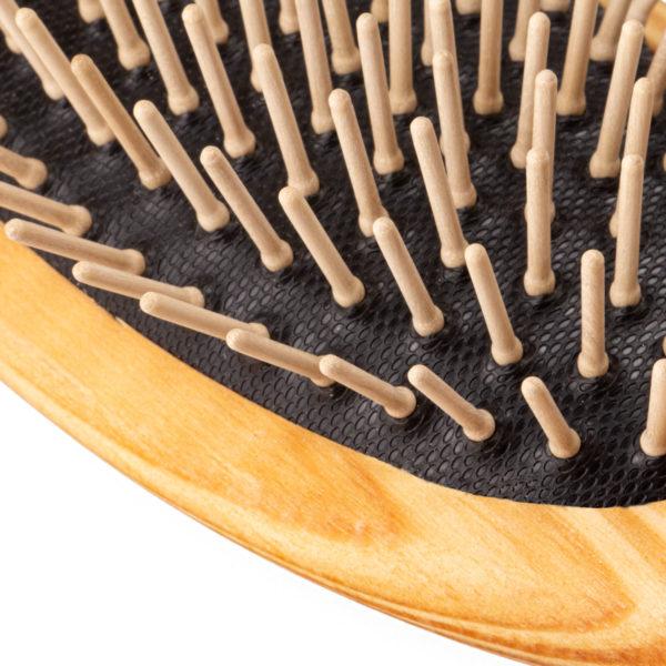 Haarbürste aus Kiefernholz und Holzstifte