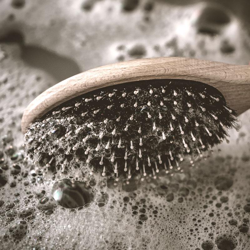 Bürstenpflege hilft gegen strähnig fettige Haare